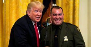 总统力挺ICE,白宫表彰执法者:川普政府下,无证移民是否穷途末路?!