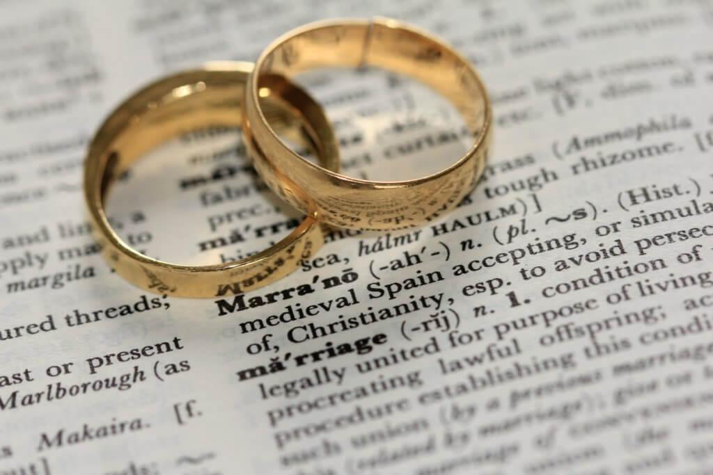 必要时候可以寻求律师的帮忙申请婚姻绿卡